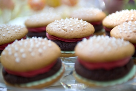 wedding whoopie pies that lok like burgers